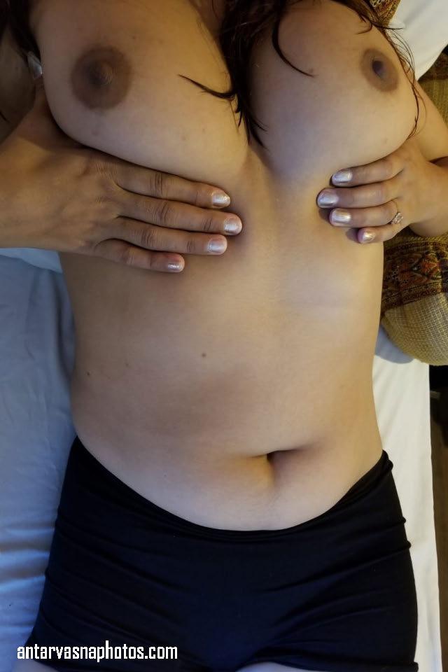 nidhi apne boobs ko dabate hue