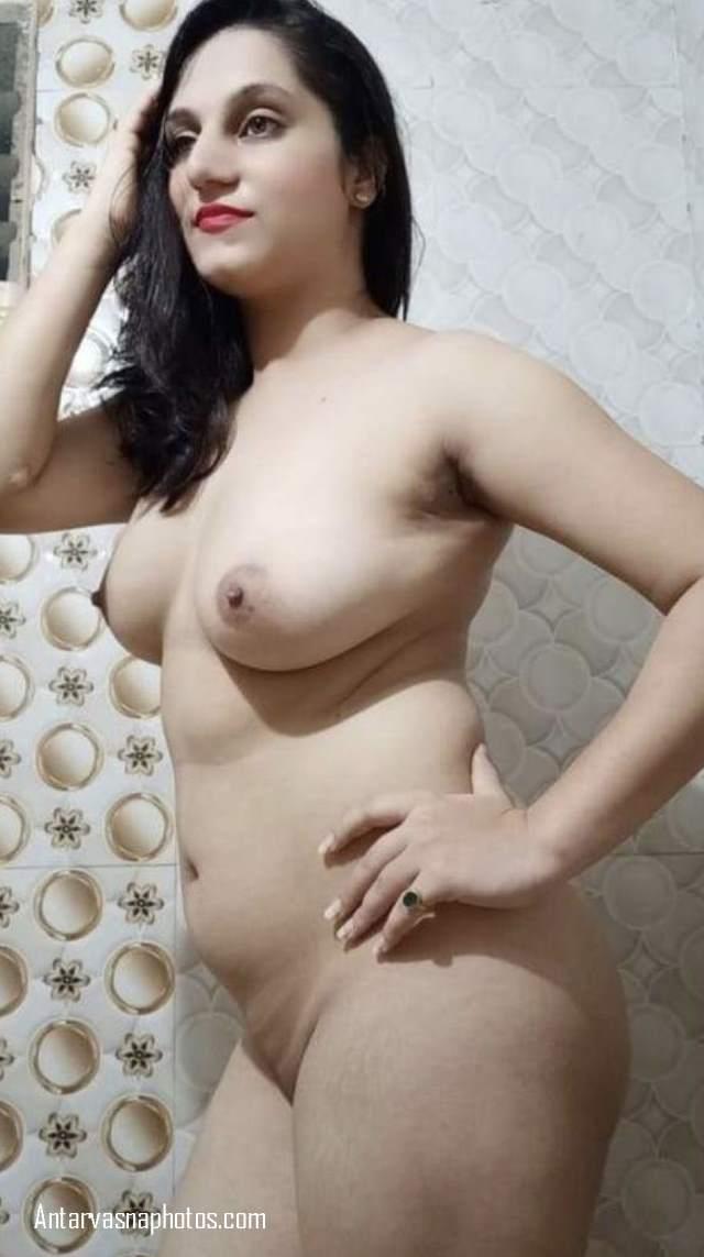 desi bhabhi kiran apne boobs dabati