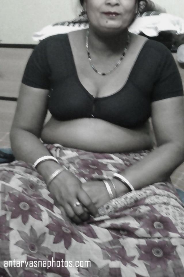 Sunita aunty ki cleavage ki hot photos