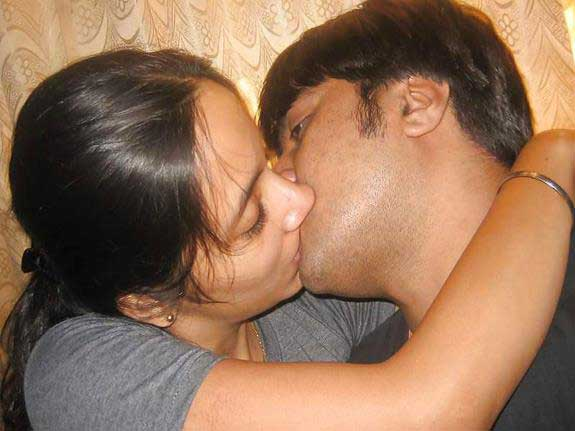 Indian couple ki kiss wali photos
