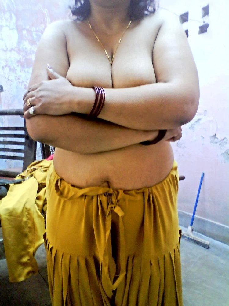 Namita apni boobs ko hide kar rahi hai