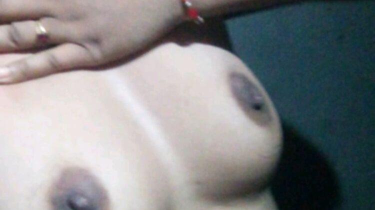 Khusbu boobs ki selfie khich rahi hai